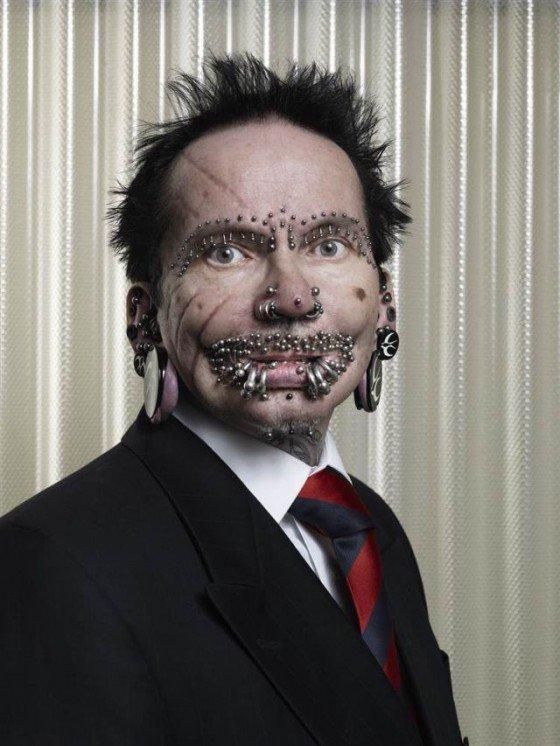 Nejvíce piercingu na obličeji muže